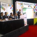 John Schneider of Ibiquity dirigiendose a los presentes durante el lanzamiento de HD Radio en Mexico.