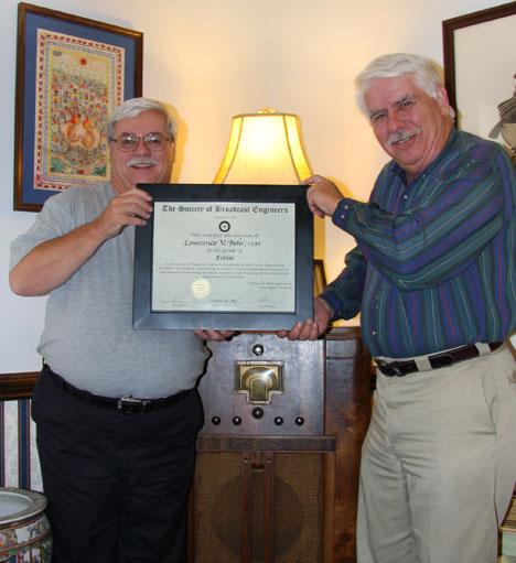 Michael Hayden entrega el titulo de Fellow a Lawrence Behr